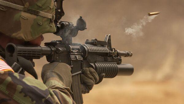 Amerykański żołnierz strzelający z M-4 rifle - Sputnik Polska