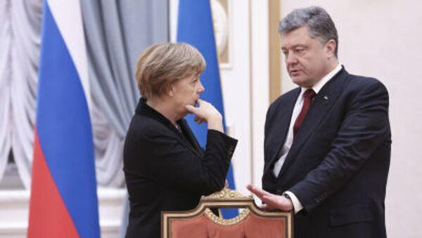 Prezydent Ukrainy Petro Poroszenko i kanclerz Niemiec Angela Merkel na rozmowach ws. uregulowania sytuacji na Ukrainie w Mińsku - Sputnik Polska