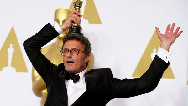 Reżyser Paweł Pawlikowski trzyma Oscara za najlepszy film nieanglojęzyczny dla Idy - Sputnik Polska
