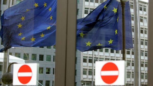 Flagi unijne przed siedzibą Unii Europejskiej w Brukseli, 12 marca  2008 - Sputnik Polska
