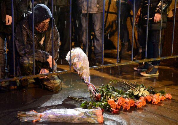 Mieszkańcy Moskwy przynoszą kwiaty na Duży Most Moskworecki, gdzie został zamordowany Borys Niemcow - Sputnik Polska