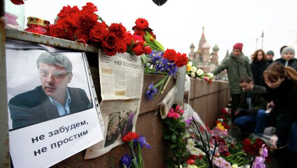 Kwiaty i świece w miejscu, gdzie zamordowano 27 lutego 2015 roku rosyjskiego polityka Borysa Niemcowa - Sputnik Polska