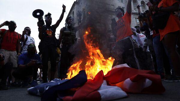 Protesty przed Białym Domem w Dniu Niepodległości USA - Sputnik Polska