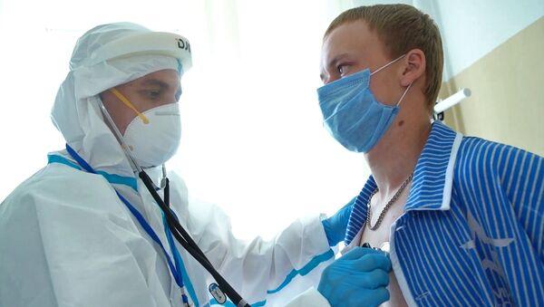 Lekarz i ochotnik testujący szczepionkę ,Moskwa - Sputnik Polska