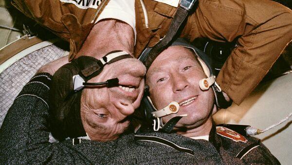 Spotkanie radzieckiego kosmonauty i amerykańskiego po dokowaniu statku kosmicznego Sojuz - Apollo, 1975 rok - Sputnik Polska