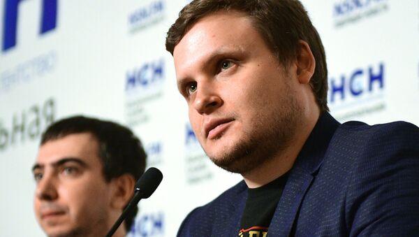 Pranksterzy Lexus (Aleksiej Stoliarow) i Vovan (Władimir Kuzniecow) na prezentacji swojej książki - Sputnik Polska