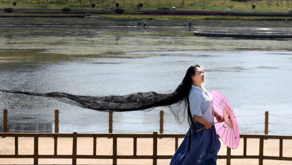 Kobieta z bardzo długimi włosami - Sputnik Polska