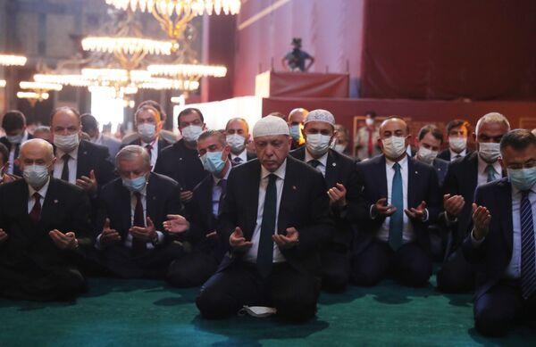 Prezydent Turcji Recep Tayyip Erdogan bierze udział w pierwszych od 86 lat modlitwach muzułmańskich w Hagia Sophia - Sputnik Polska