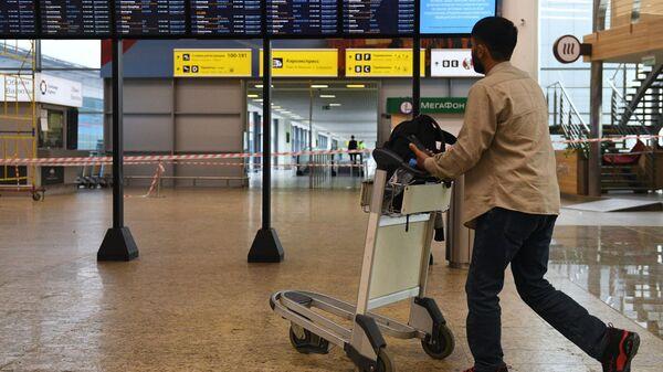 Pasażer na lotnisku w Szeremietiewie - Sputnik Polska