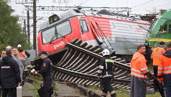 Lokomotywy, które wypadły z torów na stacji Kupczynskaja w Petersburgu - Sputnik Polska