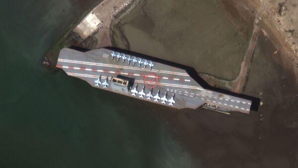 Makieta amerykańskiego lotniskowca w czasie irańskich ćwiczeń w Zatoce Ormuz - Sputnik Polska