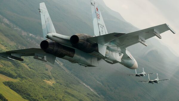 Rosyjskie wielozadaniowe myśliwce Su-27 w czasie lotów pokazowych z okazji 105 rocznicy sił powietrznych Rosji - Sputnik Polska