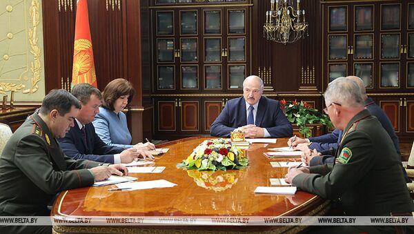 Prezydent Białorusii Alaksandr Łukaszenka na pilnej naradzie z członkami Rady Bezpieczeństwa  - Sputnik Polska