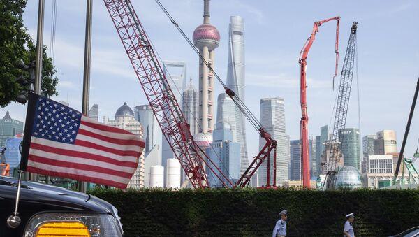 Flaga USA w pobliżu hotelu w Szanghaju w Chinach - Sputnik Polska