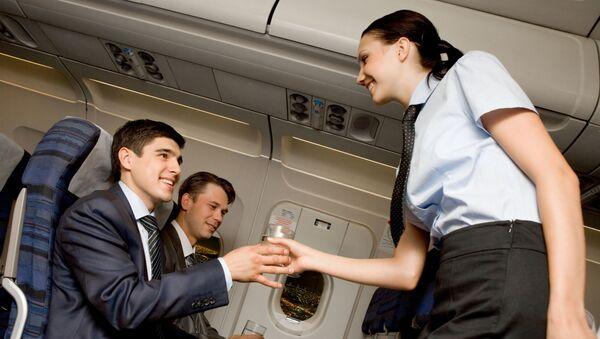 Stewardesa roznosi wodę w samolocie - Sputnik Polska