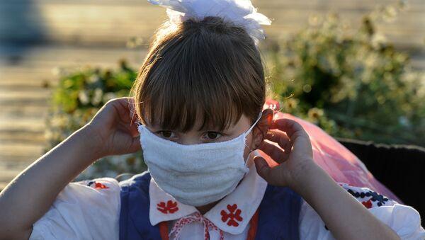Dziewczynka w masce - Sputnik Polska