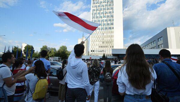 Biało-czerwono-biała flaga białoruskiej opozycji - Sputnik Polska