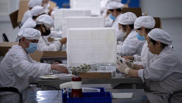 Pakowanie szczepionek w firmie Yisheng Biopharma w Chinach - Sputnik Polska