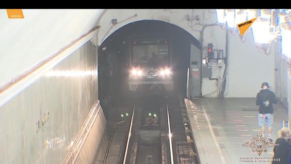 Moskwa: policjant uratował mężczyznę przed śmiercią w metrze - Sputnik Polska