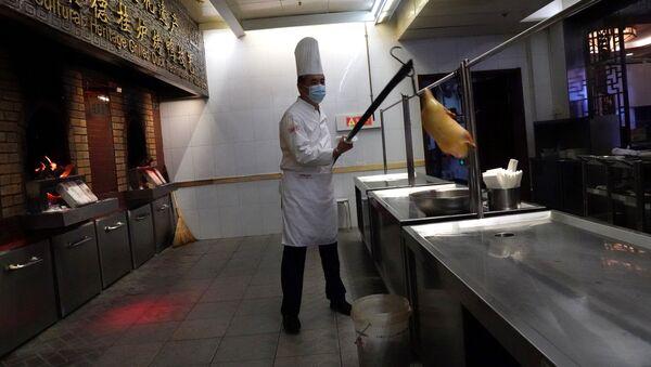 Chiński kucharz w masce - Sputnik Polska