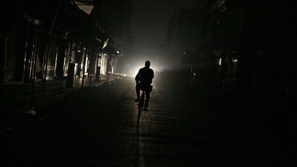Człowiek na nieoświetlonej ulicy w Syrii - Sputnik Polska