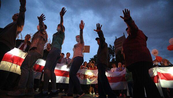 Uczestnicy protestu na Placu Niepodległości w Mińsku - Sputnik Polska