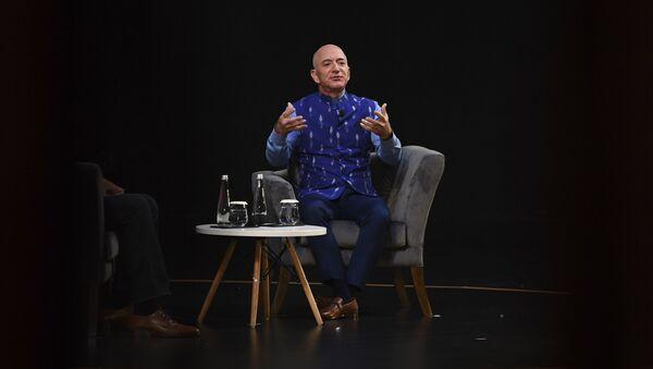 Właściciel Amazona Jeff Bezos podczas występu w New Delhi - Sputnik Polska