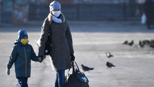 Kobieta i dziecko w maskach - Sputnik Polska