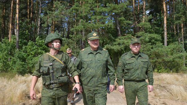 Prezydent Białorusi Aleksander Łukaszenko odwiedza poligon wojskowy pod Grodnem, 22 sierpnia 2020 rok - Sputnik Polska