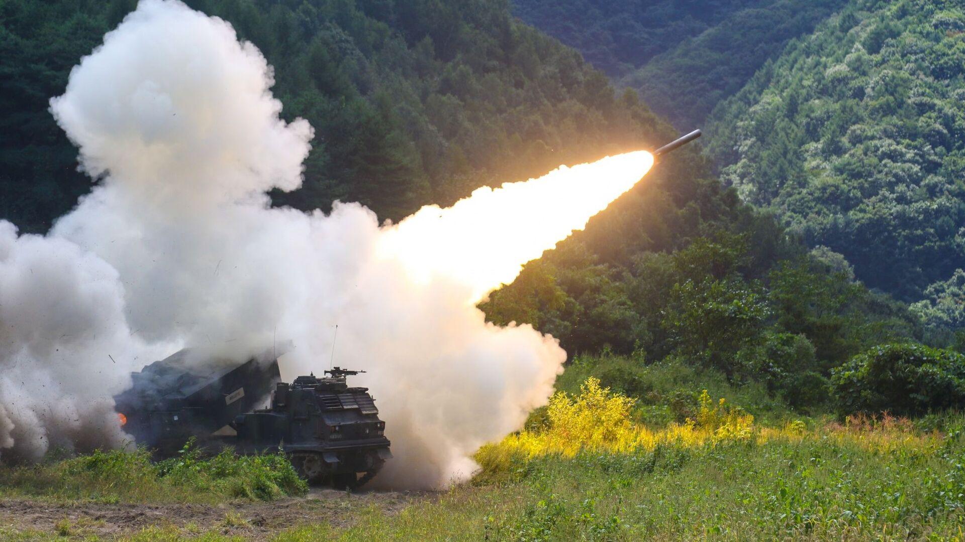 Amerykańska uniwersalna wyrzutnia do odpalania rakiet taktycznych M270 podczas testów w Korei Południowej - Sputnik Polska, 1920, 07.09.2021