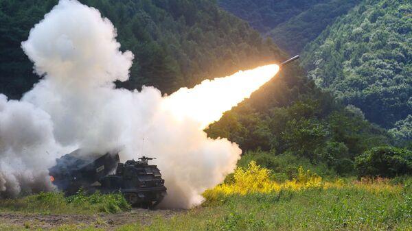 Amerykańska uniwersalna wyrzutnia do odpalania rakiet taktycznych M270 podczas testów w Korei Południowej - Sputnik Polska