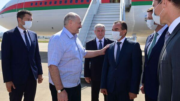 Prezydent Białorusi Alaksandr Łukaszenka po przybyciu do Soczi na spotkanie z Władimirem Putinem - Sputnik Polska