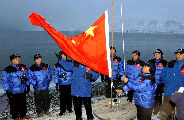 Członkowie chińskiej wyprawy na biegun polarny podnoszą chińską flagę narodową w Longyearbyen w Norwegii - Sputnik Polska
