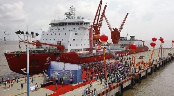 """Chiński lodołamacz Xuelong, czyli """"Snow Dragon"""", stoi w Szanghaju po 85-dniowej podróży naukowej przez Ocean Arktyczny - Sputnik Polska"""