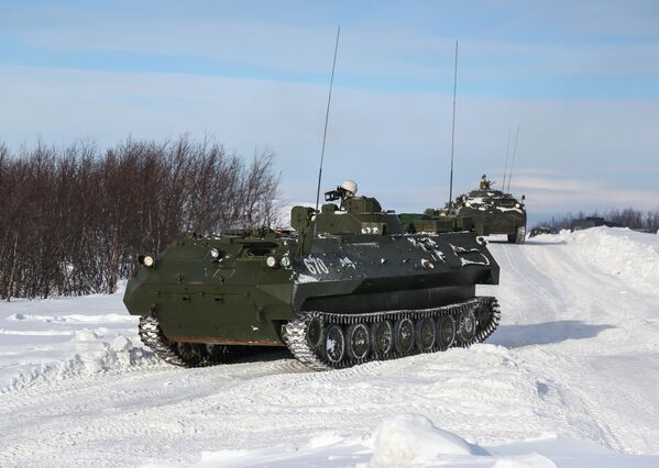 Pojazd sterujący oparty na MTLB-V podczas szkolenia praktycznego na poligonie Szary, obwód murmański - Sputnik Polska