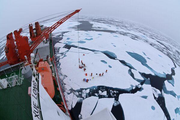 Obóz dryfujący na środku Oceanu Arktycznego, widziany z pokładu lodołamacza Xue Long - Sputnik Polska