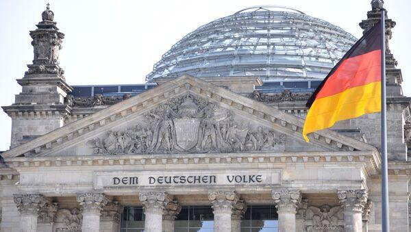 Szczyt Reichstagu z widoczną inskrypcją DEM DEUTSCHEN VOLKE. - Sputnik Polska