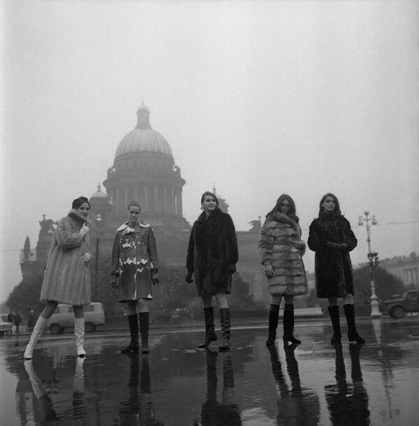 Pokaz kolekcji odzieży jesień-zima 1968-1969 na tle katedry św. Izaaka w Leningradzie - Sputnik Polska