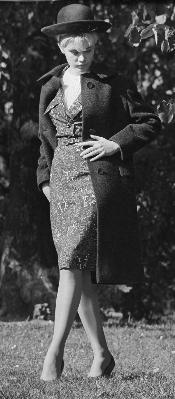 Modelka Moskiewskiego Domu Mody w stroju z kolekcji jesień-zima, 1964 rok - Sputnik Polska