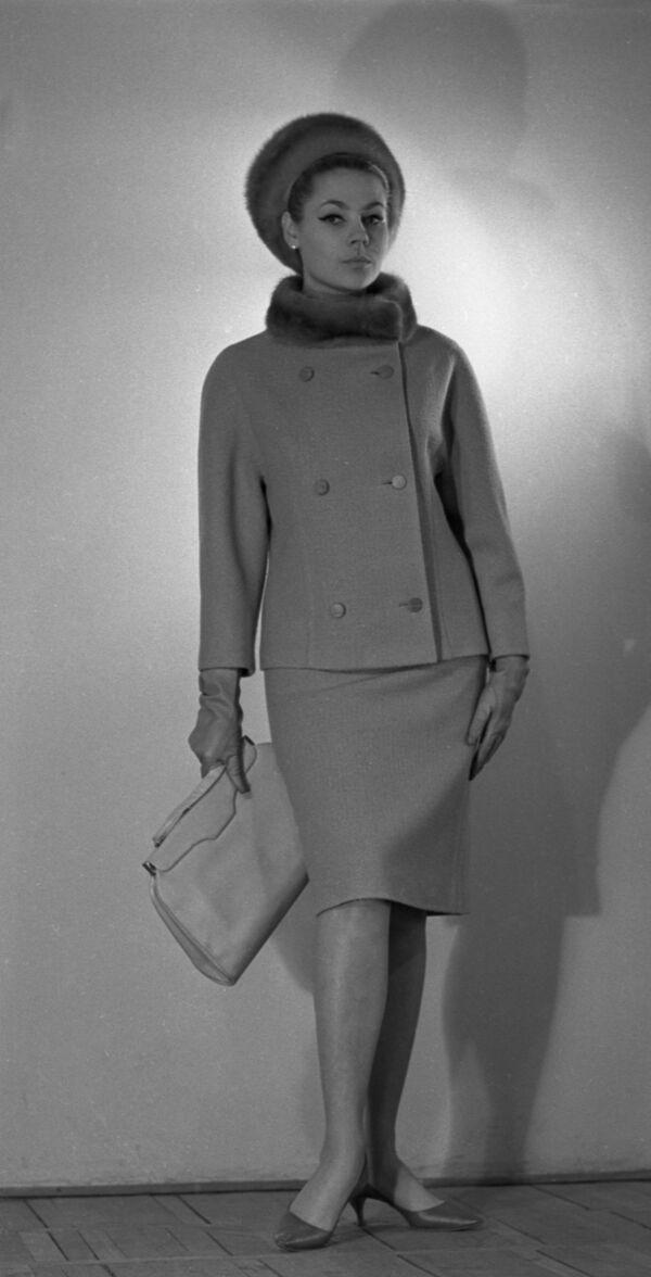 Modelka w płaszczu z kolekcji jesień-zima, 1965 rok  - Sputnik Polska