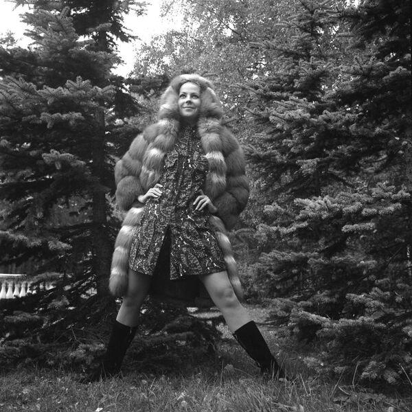 Modelka w futrze z czerwonego lisa z kolekcji jesień-zima, 1965 rok  - Sputnik Polska