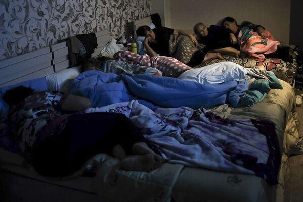Ludzie w schronie przeciwbombowym w Górskim Karabachu - Sputnik Polska