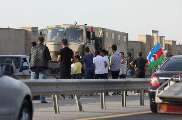 Ludzie w pobliżu ciężarówek armii azerbejdżańskiej w Baku - Sputnik Polska