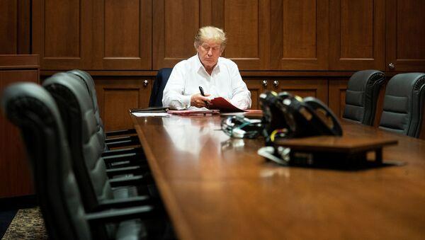 Prezydent USA Donald Trump w sali konferencyjnej podczas leczenia koronawirusa w USA - Sputnik Polska