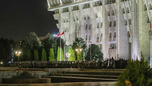 Protest przed budynkiem Białego Domu w Biszkeku - Sputnik Polska