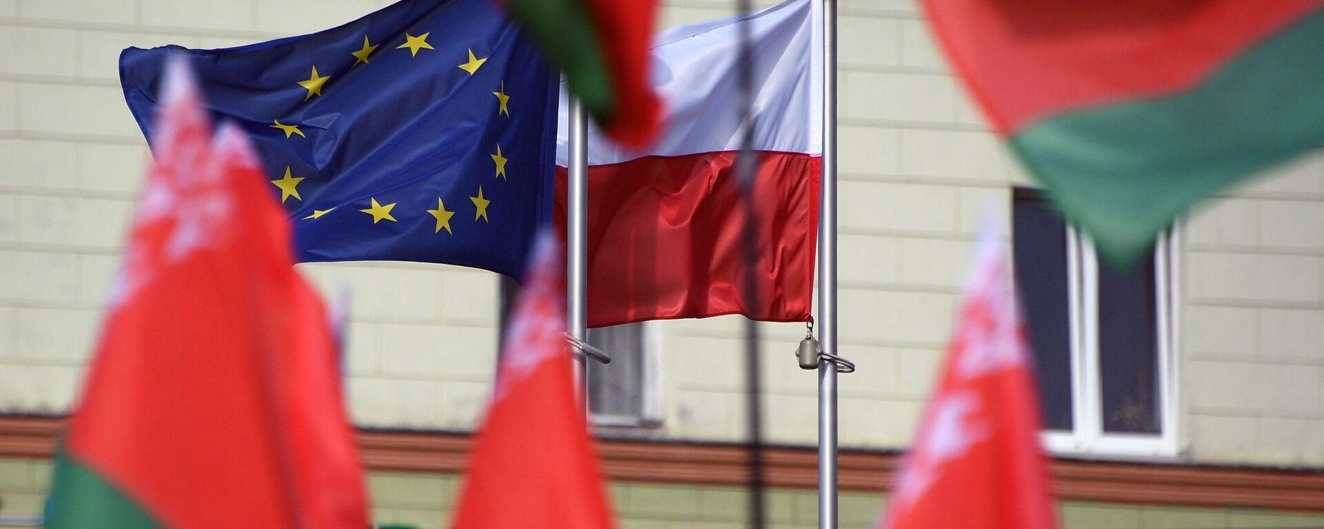 Flagi Białorusi, Polski i UE przed Ambasadą RP w Mińsku. - Sputnik Polska, 1920, 10.03.2021