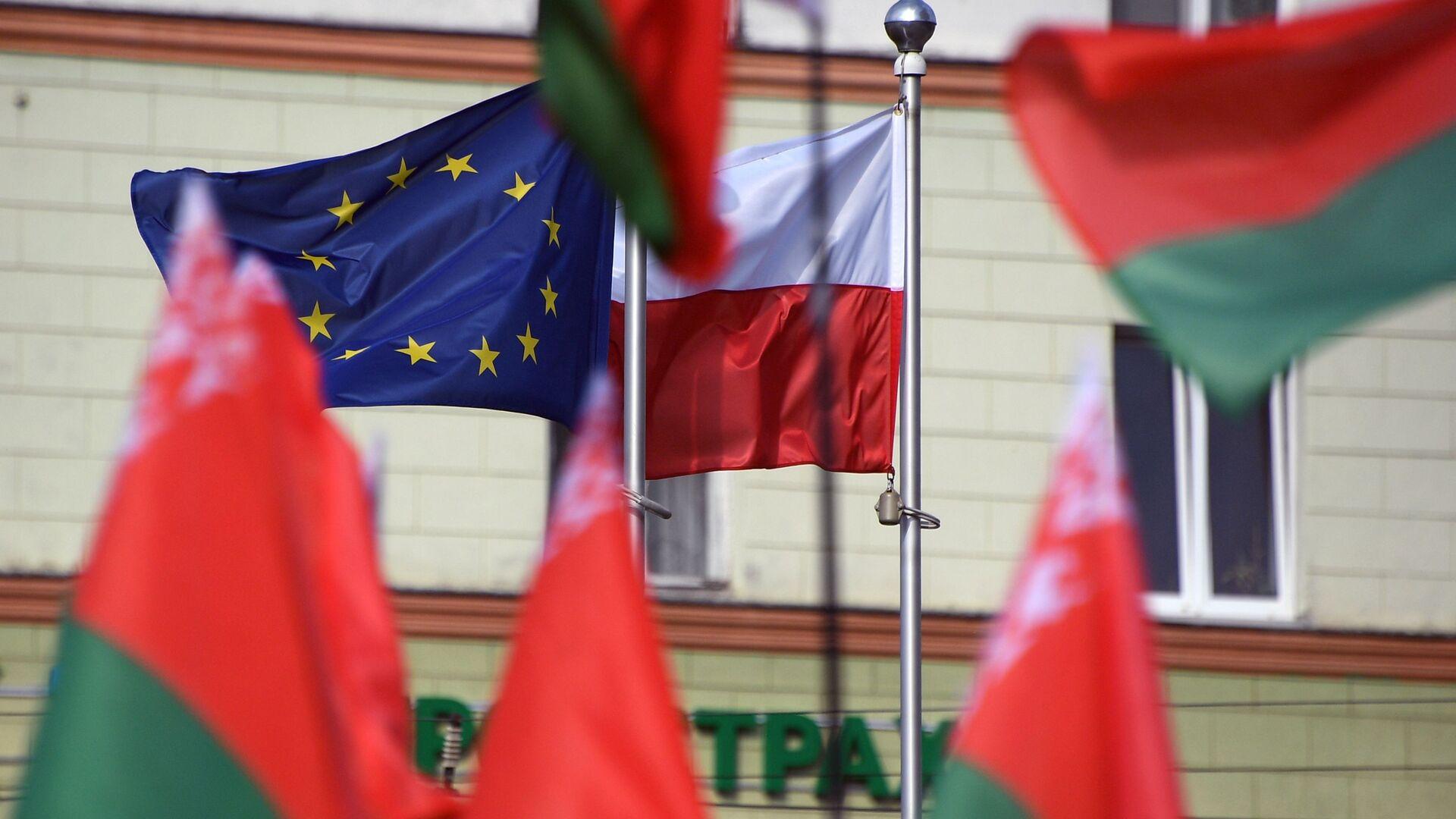 Flagi Białorusi, Polski i UE przed Ambasadą RP w Mińsku. - Sputnik Polska, 1920, 13.09.2021