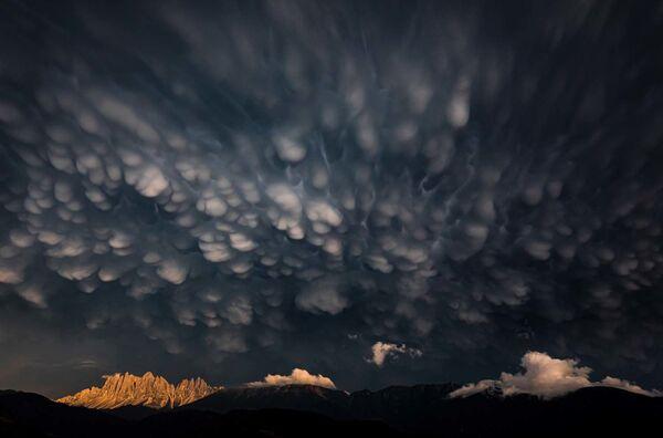 """Zdjęcie """"Mammatus clouds over the Dolomites"""" autorstwa włoskiego fotografa Georga Kantiolera, zwycięzcy w kategorii Krajobrazy w konkursie European Wildlife Photographer of the Year 2020 - Sputnik Polska"""