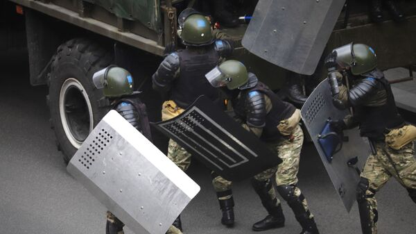 Policjanci podczas protestów w Mińsku - Sputnik Polska