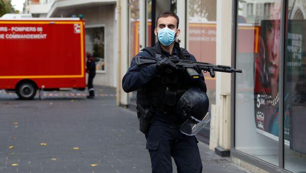 Pracownik ochrony w pobliżu katedry Notre Dame po zgłoszeniu ataku, Nicea - Sputnik Polska